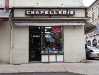 La marchande de chapeaux, large choix et grand sourire. Place Galdemar (place du marché couvert)