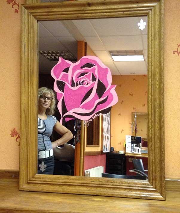 Une rose sur mesure et sur miroir pour Marie Claude. 42, rue de la République