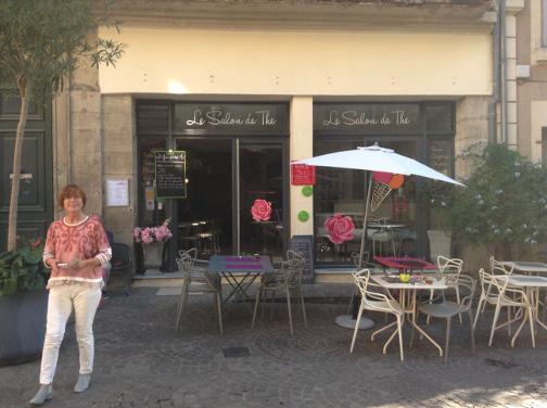 Danièle fleurit sa vitrine avec une pensée pour Octobre Rose, avec Alice et Julie. 21, rue du 4 septembre