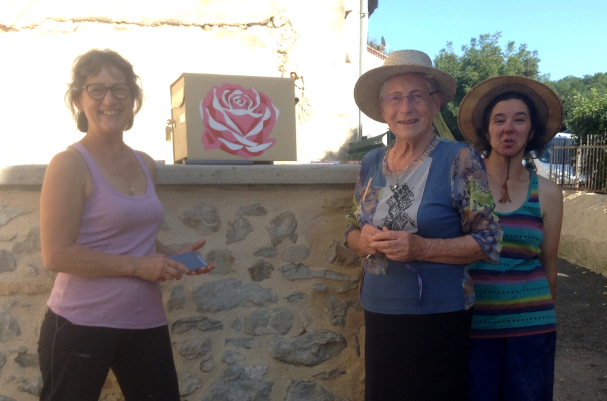 Martine emménage à Touzac.... Une, deux, trois roses, lui souhaitent la bienvenue.